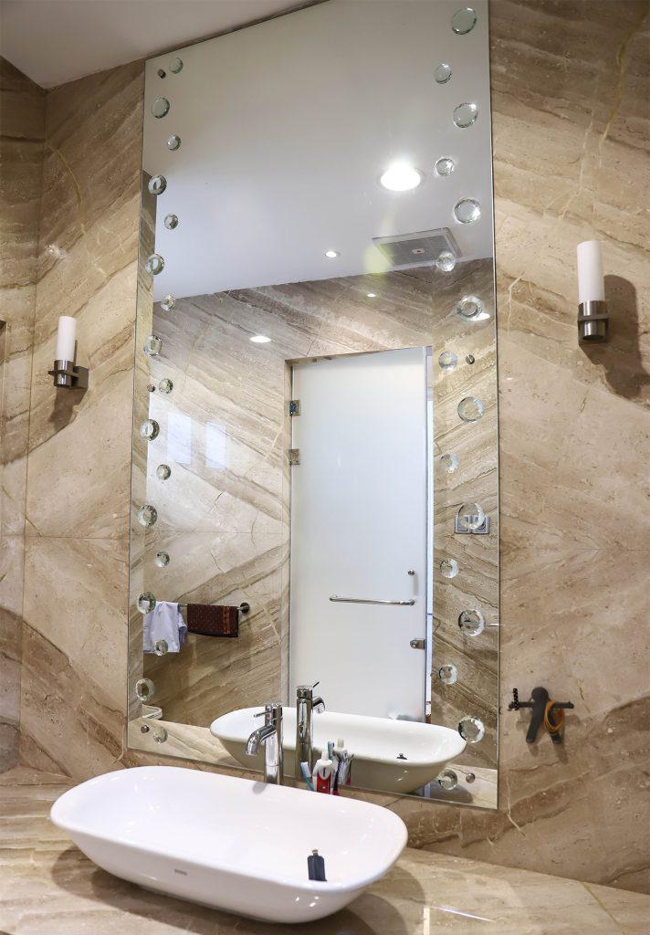 kaca kamar mandi motif